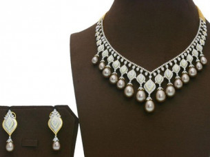 Designer Diamond & Pearl Gold Necklace Set..